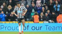Striker Newcastle, Ayoze Perez, tampak kecewa usai dikalahkan Liverpool pada laga Premier League di Stadion St James Park, Newcastle, Sabtu (5/5). Newcastle kalah 2-3 dari Liverpool. (AFP/Lindsey Parnaby)