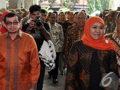 Khofifah Indar Parawansa didampingi Salim Segaf Al Jufri  saat tiba di gedung Kementerian Sosial, Jakarta, Selasa (28/10/2014). (Liputan6.com/Miftahul Hayat)