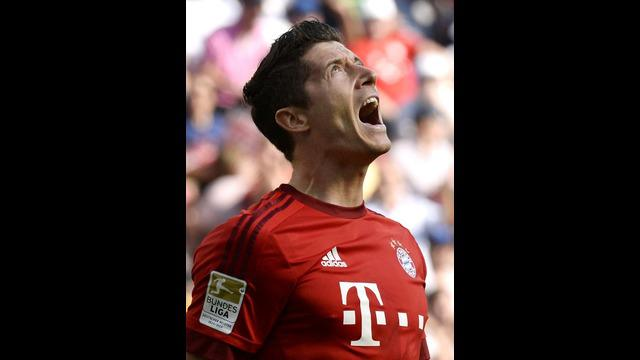 Robert Lewandowski berhasil membawa Bayern Munchen sukses meraih kemenangan atas Hoffenheim 2-1 walaupun bermain dengan 10 pemain karena Jerome Boateng diganjar kartu merah pada laga Bundesliga, Sabtu (22/8/15).