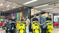 Keanu Agl, Dara Arafah, dan Fadil Jaidi mendapatkan hadiah Vespa