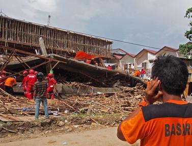 Ruko di Samarinda Roboh, Puluhan Pekerja Tertimbun