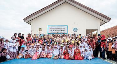 Community Plumbing Challenge 2017 dimulai dengan bekerja gotong royong memperbaiki fasilitas toilet SD Negeri Cicau 02 Cikarang