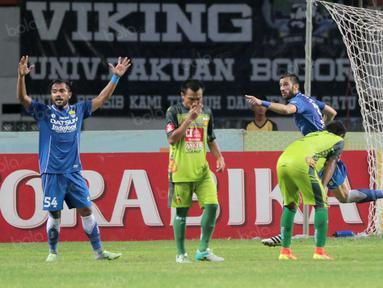Vladimir Vujovic (2kanan) merayakan gol ke gawang Bhayangkara United pada lanjutan Torabika SC 2016 di Stadion Wibawa Mukti, Cikarang, Rabu (12/10/2016). (Bola.com/Nicklas Hanoatubun)