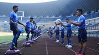 Para pemain Persib Bandung mengikuti latihan perdana menjelang bergulirnya kembali Liga 1 2020, di Stadion GBLA, Senin (10/8/2020). (Bola.com/Erwin Snaz)
