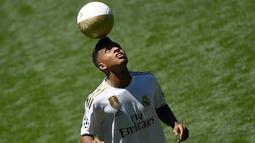 Penyerang Real Madrid Rodrygo Goes memainkan bola saat dirinya diperkenalkan secara resmi di Stadion Santiago Bernabeu, Madrid, Spanyol, Selasa (18/6/2019). Pemain asal Brasil tersebut secara resmi telah bergabung dengan Real Madrid. (OSCAR DEL POZO/AFP)