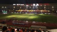 Suasana Stadion Manahan saat menggelar pertandingan di malam hari pasca renovasi. (Bola.com/Vincentius Atmaja)
