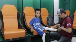 Seorang anak dari suporter PSM Makassar bersiap menjadi pendamping saat laga Piala AFC melawan Home United di Stadion Pakansari, Bogor, Selasa (30/4). Kesempatan ini diberikan oleh Allianz sebagai salah satu sponsor. (Bola.com/Yoppy Renato)