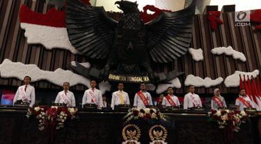 Sejumlah pegawai melakukan gladi resik di Gedung Kura-Kura di Kompleks Parlemen Senayan, Jakarta, Kamis (15/8/2019). Gladi tersebut dilakukan untuk persiapan menjelang pidato presiden dalam rangkaian sidang tahunan MPR, DPR dan DPD 16 Agustus 2019 mendatang. (Liputan6.com/Johan Tallo)