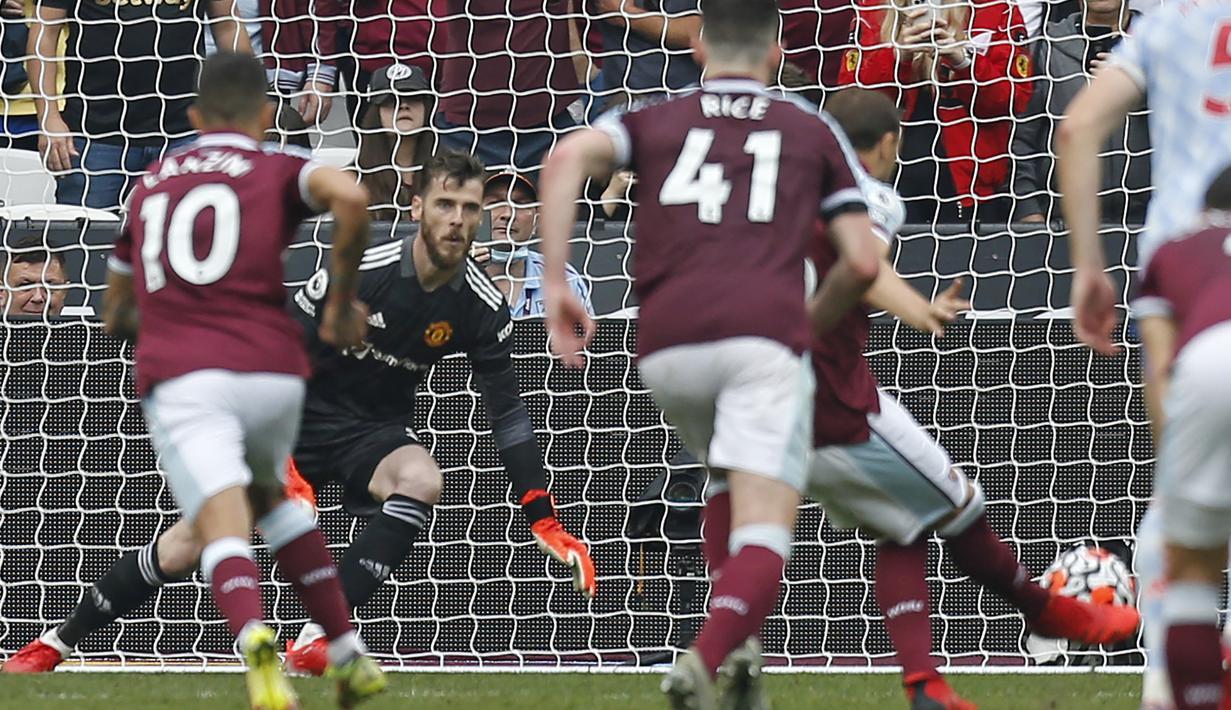 Pekan kelima Liga Inggris 2021/2022 telah usai dan menyisakan aksi-aksi menawan para pemain untuk meraih kemenangan. Aksi David De Gea di masa injury time dalam menepis tendangan penalti Mark Noble menjadi salah satunya. Bagaimana aksi pemain lainnya? (AFP/Ian Kington)