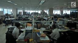 Pegawai Pemprov DKI Jakarta melakukan aktivitas kerja di Balai Kota, Rabu (2/1). Berdasarkan data absensi, sebanyak 36.806 pegawai PNS se-DKI tidak hadir, mayoritas diantaranya bolos pada hari pertama kerja di tahun 2019. (Merdeka.com/Iqbal S. Nugroho)