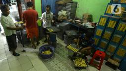 Suasana proses pembuatan kue kering di usaha pembuatan kue Pusaka Kwitang di kawasan Kwitang, Jakarta Pusat, Selasa (27/4/2021). Kue kering yang diproduksi antara lain putri salju, kastengel, nastar, kue lidah kucing, dan kue kacang. (merdeka.com/Imam Buhori)