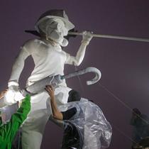 Demonstran antipemerintah mendirikan patung The Lady Liberty of Hong Kong di puncak pegunungan Lion Rock, Hong Kong, Minggu (13/10/2019). Patung setinggi 4 meter tersebut melambangkan gerakan prodemokratis yang tengah terjadi. (AP Photo/Kin Cheung)