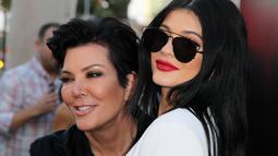 Dalam sebuah klip teaser Keeping Up With The Kardashians, Kris menceritakan pengalamannya membantu Kylie Jenner melahirkan. (DAVID BUCHAN / GETTY IMAGES NORTH AMERICA / AFP)
