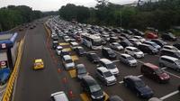 Jalur menuju kawasan Puncak Bogor macet 4 kilometer. (Liputan6.com/Achmad Sudarno)