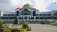 Karena bentuknya yang memiliki kubah, banyak yang mengira bandara Sultan Iskandar Muda adalah masjid.