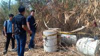 Warga Desa Tamanmekar, Kecamatan Pangkalan, Karawang, dikejutkan dengan penemuan 11 drum berisi limbah kimia berbahaya. (Liputan6.com/ Abramena)