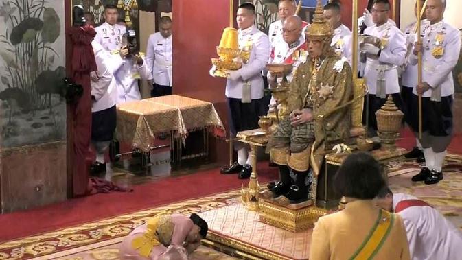 Ratu Suthida resmi menjadi ratu Thailand dalam penobatan pada Sabtu, 4 Mei 2019 (AP Photo)