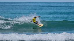 Seorang peserta berselancar dalam Kontes Selancar Phuket 2020 di Pantai Kalim di Phuket, Thailand (14/9/2020). Acara yang berlangsung selama tiga hari itu merupakan bagian dari kampanye pemerintah Thailand untuk mempromosikan pariwisata dan merangsang perekonomian. (Xinhua/Zhang Keren)