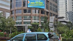 Pengendara motor melintasi Jalan Jenderal Sudirman, Jakarta, Selasa (2/03/2021). Data 21 Februari 2021, DKI Jakarta berhasil keluar dari zona merah Covid-19. Data ini dilaporkan Satuan Tugas Penanganan Covid-19 melalui covid19.go.id, pada Selasa (2/3/2021). (Liputan6.com/Herman Zakharia)