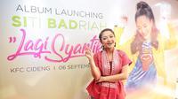 """Siti Badriah berpose saat launcing album terbarunya berjudul 'Lagi Syantik', Jakarta, Kamis (6/9). Lagu """"Lagi Syantik"""" berhasil masuk dalam tangga musik Billboard YouTube, dengan menduduki posisi tertinggi di urutan ke-4. (Liputan6.com/Faizal Fanani)"""