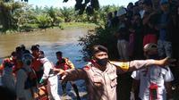Tim SAR Gabungan saat mengevakuasi jasad Hasmila (40) warga yang diterkam buaya saat sedang buang air di sungai (Liputan6.com/Abdul Rajab Umar)