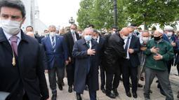 Ketua Parlemen Turki Mustafa Sentop (tengah) menghadiri salat Jumat di luar sebuah masjid di Ankara, 29 Mei 2020. Masjid-masjid di seluruh Turki pada Jumat (29/5) kembali dibuka sebagai bagian dari proses normalisasi di tengah melambatnya penyebaran COVID-19 di negara tersebut. (Xinhua/Mustafa Kaya)