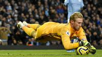 Kiper Leicester City, Kasper Schmeichel, menangkap bola saat melawan Manchester City pada laga Premier League 2019 di Stadion Etihad, Sabtu (21/12). Manchseter City menang 3-1 atas Leicester City. (AP/Rui Vieira)