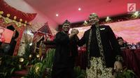 Pasangan calon gubernur Jawa Barat TB Hasanudin bersama wakilnya Anton Charliyan tersenyum sambil berjabat tangan saat pengumuman cagub-cawagub PDIP di kantor DPP PDIP Lenteng Agung, Jakarta, Minggu (7/1). (Liputan6.com/Faizal Fanani)