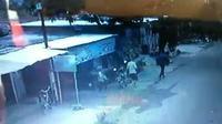 Tangkapan layar detik-detik pencurian sepeda motor oleh seorang ibu di Bekasi. Foto: Istimewa