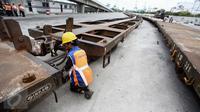Dimulainya kembali angkutan petikemas menggunakan kereta api untuk trayek Gedebage-Tanjung Priok atau sebaliknya, akan memudahkan pelaku usaha dalam layanan pengiriman barang yang cepat dan aman, Jakarta, Jumat (13/1). (Liputan6.com/Faizal Fanani)