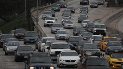 Berdasarkan data yang dirilis INRIX, pengguna kendaraan di Los Angeles menghabiskan rata-rata 104 jam dalam kemacetan sepanjang 2016, AS, Selasa (21/2). (AFP PHOTO/Justin Sullivan)