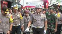 Kakorlantas, Irjen Royke Lumowa, pantau TPS dengan bersepeda (Liputan6.com/Pramita Tristiawati)