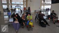 Sejumlah penumpang duduk menunggu keberangkatan di terminal terpadu Pulo Gebang, Jakarta, Selasa (27/12). Terminal terbesar se-Asia Tenggara ini akan siap di oprasikan secara normal pada Januari 2017. (Liputan6.com/Angga Yuniar)