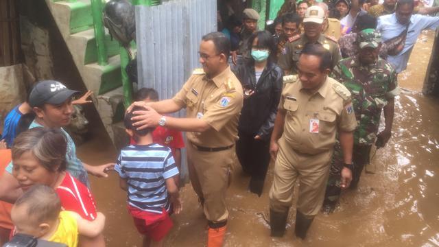 Gubernur Dki Jakarta Anies Baswedan Menyambangi Korban Banjir Di Ca