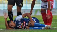 Pemain Arema, Rivaldi Bawuo, cedera lutut di awal pertandingan melawan Bali United di Stadion Kanjuruhan, Malang, Sabtu (20/10/2018). (Bola.com/Iwan Setiawan)