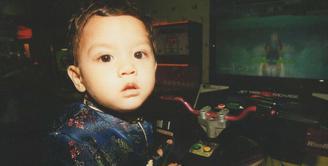 Sudah tidak perlu diragukan lagi ketampanan dari Al Ghazali. Putra Ahmad Dhani dan Maia Estianty ini memang punya wajah yang menggemaskan sejak ia kecil. (Foto: instagram.com/alghazali7)