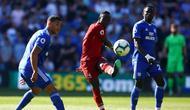 Aksi Sadio Mane melepaskan umpan pada laga lanjutan Premier League yang berlangsung di Stadion Millenium, Cardiff, Minggu (21/4). Liverpool menang 2-0 atas Cardiff City. (AFP/Geoff Caddick)