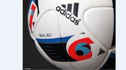 """Bola resmi Piala Eropa 2016 diberi nama dalam bahasa Prancis """"Beau Jeu"""" yang juga berarti 'permainan indah"""". (Adidas)"""