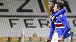 Pemain Sampdoria, Antonio Andreva, melakukan selebrasi bersama Keita Balde usai mencetak gol ke gawang Spezia pada laga Liga Italia di Stadion Stadio Alberto Picco, Senin (11/1/2021). Spezia menang dengan skor 2-1. (Tano Pecoraro/LaPresse via AP)