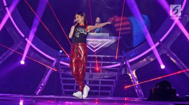 """Penyanyi Nicole Zefanya atau NIKI menghibur penonton pada Konser """"Smartfren Wow"""" di Istora Senayan, Jakarta, Jumat (20/9/2019). Konser yang bertajuk """"Raih Mimpi Bersama Smartfren"""" itu menampilkan sejumlah artis nasional dan internasional. (Liputan6.com/Herman Zakharia)"""