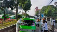 Petugas memeriksa sebuah angkutan umum di Bogor, terkait dengan social distancing. (Liputan6.com/Achmad Sudarno)