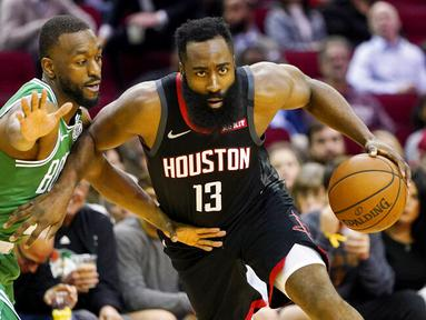 Pebasket Houston Rockets, James Harden, berusaha melewati pebasket Boston Celtics, Kemba Walker, pada laga NBA Rabu (12/2/2020). Houston Rockets menang 116-105 atas Boston Celtics. (AP/David J. Phillip)