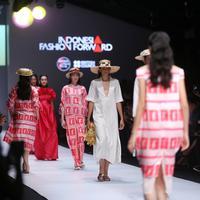Jii, ATS The Label, Lekat, menghadirkan koleksi khas musim panas di panggung Jakarta Fashion Week 2019.