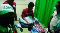 Santri di Bogor yang digigit ular kobra hasil tangkapannya tengah dirawat di rumah sakit, Selasa (17/11/2020). (Liputan6.com/Achmad Sudarno)