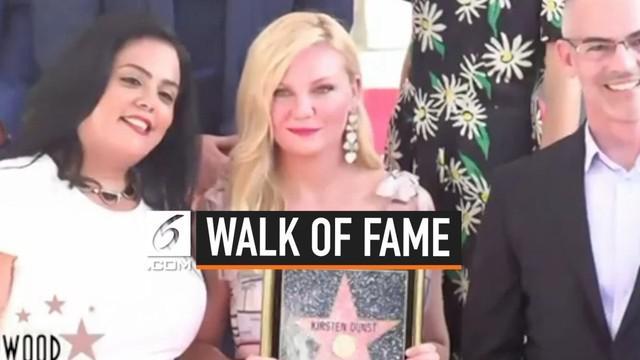 Nama Kirsten Dunst akhirnya terukir di Hollywood Walk of Fame. Kebahagiaan pun terpancar dari wajah Kirsten ketika menyampaikan pidato upacara penganugerahan bintang Walk of Fame. Saking bahagianya, Kirsten sampai-sampai menangis.