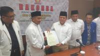 DPD Partai Gerindra Jawa Barat menyerahkan SK dukungan kepada pasangan Pilkada Jabar 2018 Mayjen (Purn) Sudrajat dan Ahmad Syaikhu. (Liputan6.com/Kukuh Saokani)