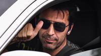 Kiper Juventus Gianluigi Buffon memberi isyarat dari dalam mobilnya saat tiba untuk menghadiri latihan di Continassa, Turin, Italia, Selasa (19/5/2020). Pemain Juventus kembali berlatih di tengah pandemi virus corona COVID-19. (Marco Bertorello/AFP)