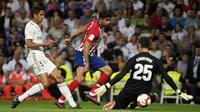 Striker Atletico Madrid, Diego Costa, berusaha membobol kiper Real Madrid, Thibaut Courtois, pada laga La liga di Stadion Santiago Bernabeu, Madrid, Sabtu (29/9/2018). Kedua klub bermain imbang 0-0. (AFP/Curto De La Torre)