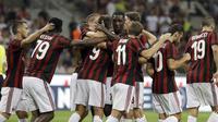 Para pemain AC Milan merayakan saat melawan Shkendija pada kualifikasi Europa League di San Siro Stadium, (17/8/2017). Milan menang 6-0. (AP/Antonio Calanni)