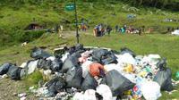 Mulai tahun depan, pengunjung dilarang membawa tisu basah dan botol plastik ke Gunung Gede Pangrango